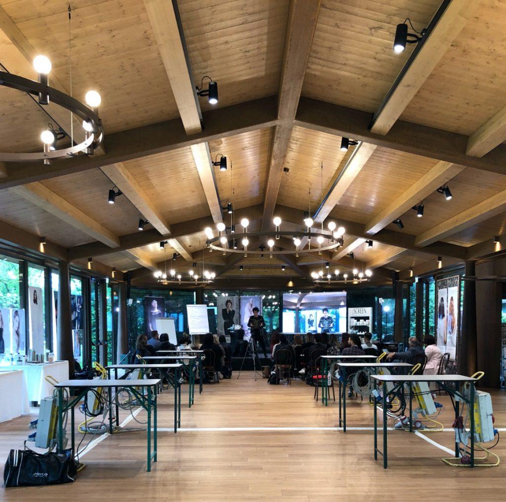 Sala in cui si sta tenendo un corso di formazione per parrucchieri professionisti