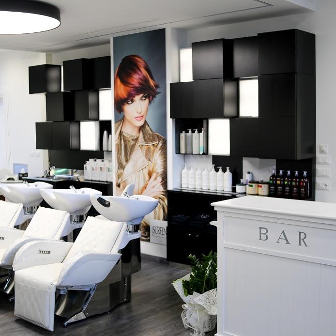 Interno di un salone di parrucchiere, poltrone e lavatoi