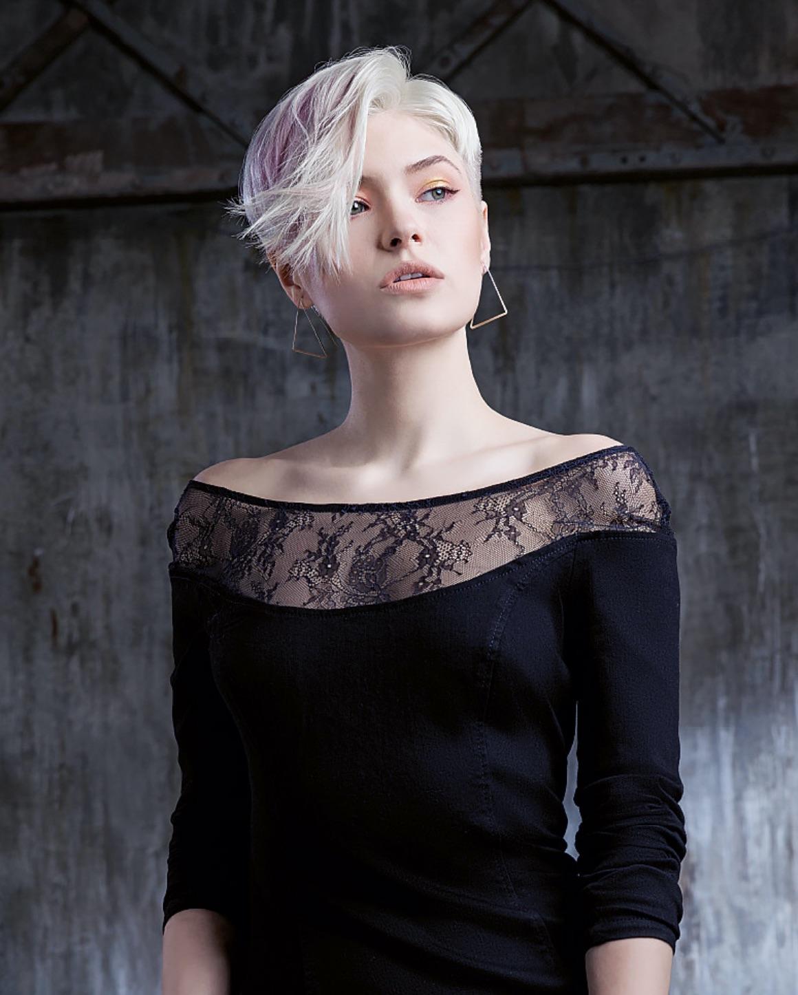 Ragazza con capelli color platino corti e con ciuffo rosa