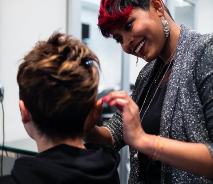 Parrucchiera sistema il look di una cliente